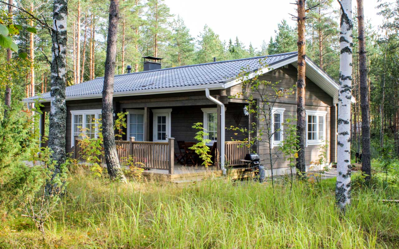 Villa Hilja sijaitsee Kolmiloppijärven rannalla